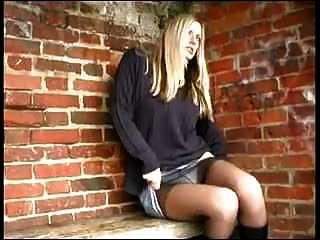 solitária garota fazendo xixi