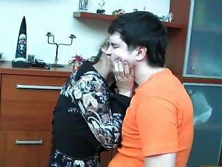 shenythia madura russa pegou menino se masturbando