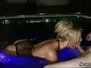 Milf alemão seduzir jovem rapaz para foder na banheira de hidromassagem