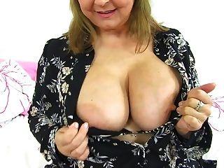 mãe madura britânico curvy brincando com seus peitos grandes e