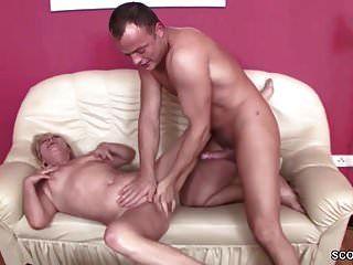 jovem rapaz seduzir avó de 63 anos para foder