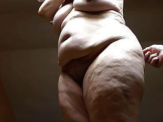 artística posando no nu