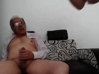 uma jovem mulher se masturbar um homem velho e ele terminou
