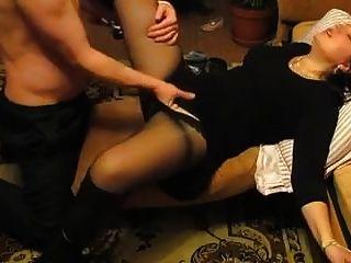 jovem mãe recebe seu bichano molhado dedos nicolo33