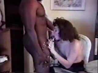 eles convidaram o cara negro para casa para foder sua esposa