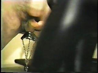 escravo leva uma chicotada de pau