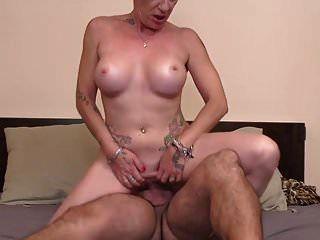 mãe madura moderna leva jovem grande galo