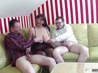 mãe alemã ensinar passo filho e amigo como foder em 3some