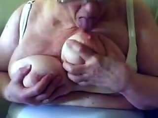 safada atrevida suga e baba em seus peitos grandes