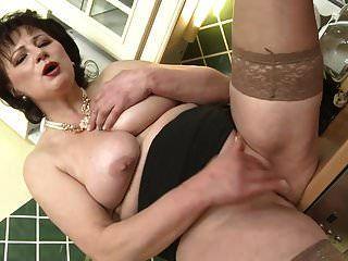 mãe doce com grandes seios flácidos e boceta molhada