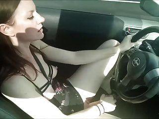 namorada habilidosa se masturbando enquanto dirige