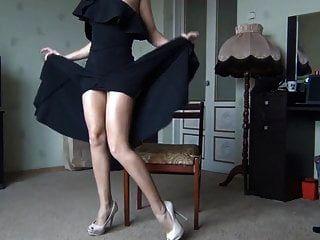 senhora quente de vestido preto, mostrando as pernas e buceta