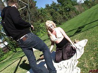 milf recebe sexo de cara jovem no parque