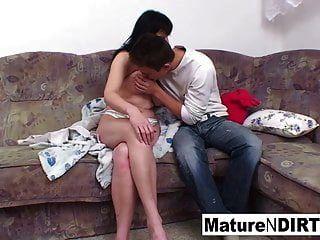 morena peituda madura fica bateu no sofá