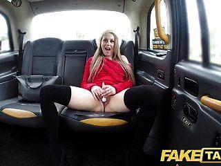 falso táxi petite loira leva dildo e galo no banco de trás