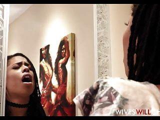 mulher negra quente kira noir trai o marido em um banheiro