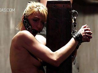 pobre escrava amarrada a um poste e duramente chicoteada