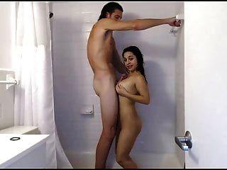 pequena menina fode com cara super alto no chuveiro