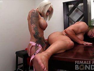 duas lésbicas musculares sexy feminino dildo foda