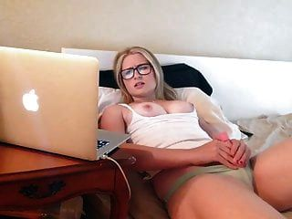garota se masturbando assistindo pornografia nicolo33