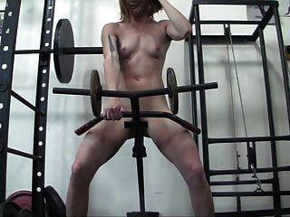 fisiculturista feminina ruiva se masturba com equipamentos de ginástica