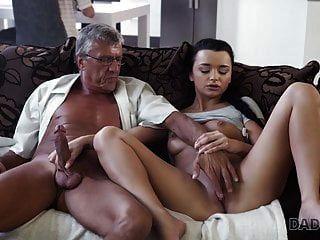 daddy4k. velhos e jovens amantes têm sexo espontâneo atrás ...