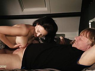 homem velho pego porra menina jovem traindo sua namorada