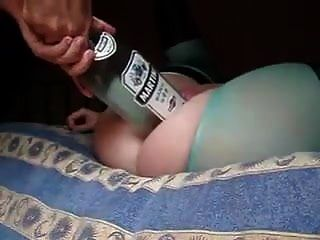 esposa gostosa deixa marido colocar uma garrafa grande e punho na buceta dela