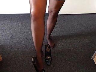 alysha descascando em roupa de látex, meias e sapatos de salto alto