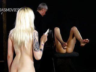 garotas escravas chicotear uns aos outros bichanos