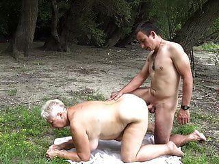 nudista fode vovó em público